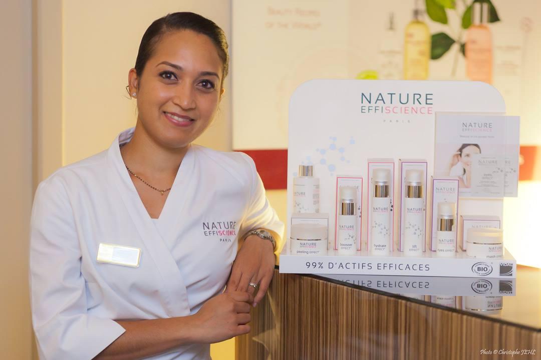 kobieta prezentująca dermokosmetyki do twarzy Nature Effiscience