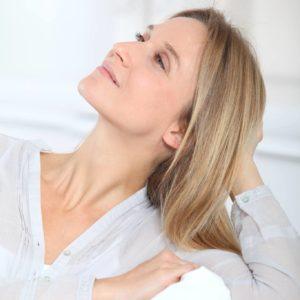 Kobieta demonstruje starzeje się skóry