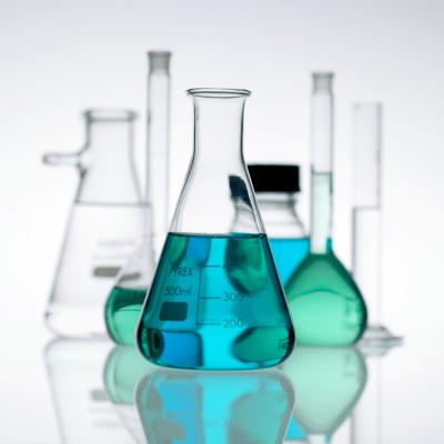 Butelki przedstawiające alergeny w kosmetykach